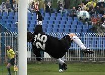 W 10 min bramkarz Podbeskidzia Łukasz Merda (na zdjęciu) nie miał żadnych szans na obronę strzału Adriana Łuszkiewicza. Uratowała go... poprzeczka.