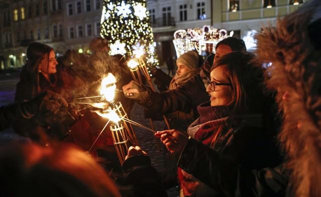 Dzisiaj na Rynku w Rzeszowie otwarto Świąteczne Miasteczko. Z tej okazji na scenie odbyły się koncerty, rozpoczął się też Jarmark Bożonarodzeniowy, który potrwa do 30 grudnia.Więcej: Program Świątecznego Miasteczka na rzeszowskim Rynku