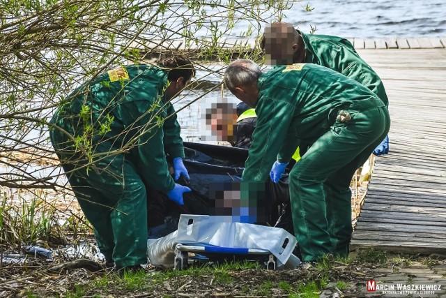 Informację, iż na wysokości Centrum Edukacji Ekologicznej w Jeziorze Ełckim pływa ciało mężczyzny, strażacy otrzymali we wtorek około godziny 9.20.Zdjęcia dzięki uprzejmości Ratownictwo Powiatu Ełckiego