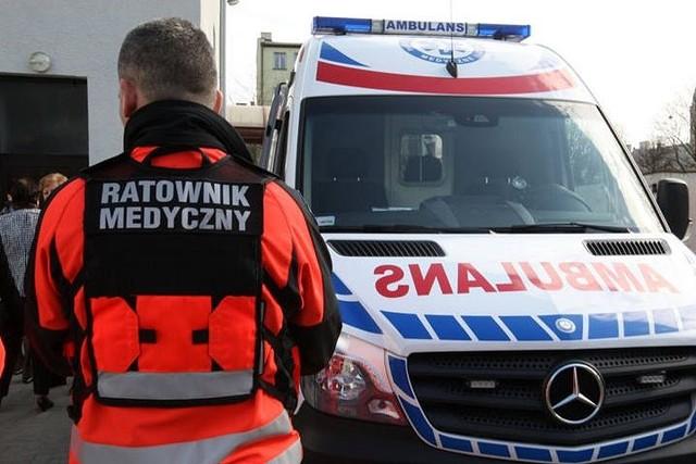 Wypadek w bloku w Wodzisławiu Śląskim. Nieprzytomny 60-latek z urazem głowy został zabrany do szpitala przez śmigłowiec Lotniczego Pogotowia Ratunkowego