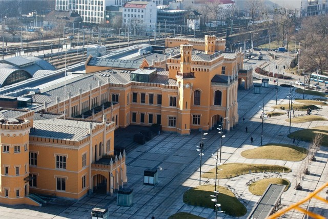 Szykują się duże prace przy węźle tramwajowym w pobliżu wrocławskiego Dworca Głównego. MPK właśnie ogłosiło przetarg i szuka firmy, która zaprojektuje i przebuduje to miejsce - czyli układ komunikacyjny u zbiegu Piłsudskiego, Kołłątaja i Peronowej.CZYTAJ WIĘCEJ NA KOLEJNYM SLAJDZIE. PORUSZAJ SIĘ PO GALERII PRZY POMOCY STRZAŁEK LUB GESTÓW NA TELEFONIE KOMÓRKOWYM.