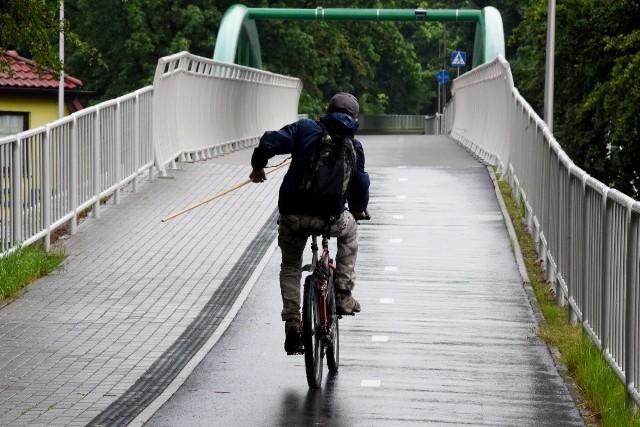 Pies na długiej smyczy to duże zagrożenie dla rowerzystów