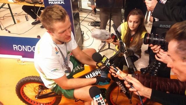 Krystian Herba wyskoczył rowerem na 37. piętro biurowca Rondo 1 w Warszawie. Zajęło mu to zaledwie 18 minut i 2 sekundy.