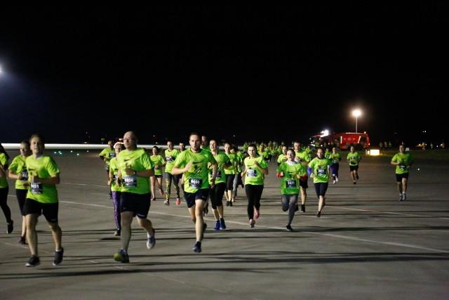 Po raz czwarty biegano nocą po pasie startowym lotniska w Jasionce. W biegu SkywayRun 2018 w sumie wzięło udział ok. tysiąc biegaczy.