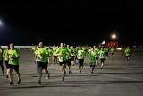 Tysiąc osób pobiegło nocą po pasie startowym lotniska w Jasionce w biegu SkywayRun 2018 [ZDJĘCIA]