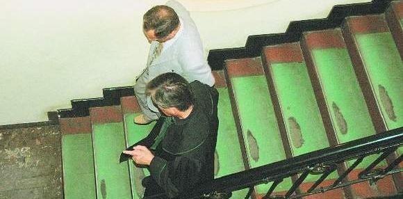 Profesor Heliodor K. i jego obrońca w bydgoskim sądzie. Te schody wiodą w dół.