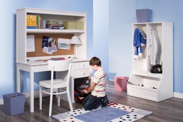 Pokój dla chłopcaBiurko w pokoju dziecka powinno być przede wszystkim trwałe i wygodne w użytkowaniu. Przydadzą się szuflady na akcesoria szkolne oraz przestrzeń do przechowywania plecaka lub tornistra. Biurko warto wyposażyć w nadstawkę z szeroką półką na książki. Na jej tylnej części można przytwierdzić tablicę korkową, do której dziecko przyczepi plan lekcji, zdjęcie klasowe, telefony do kolegów itp.