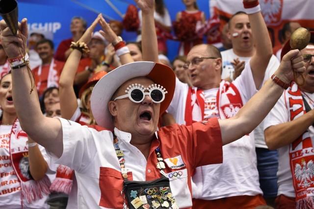 SIATKÓWKA. MISTRZOSTWA ŚWIATA. Reprezentacja Polski wygrała z Kubą 3:1 w swoim pierwszym meczu mistrzostw świata. Spotkanie, podobnie jak pozostałe w pierwszej fazie turnieju, rozgrywać będzie w Pałacu Kultury i Sportu w Warnie. Może w nim liczyć na wsparcie mnóstwa rodaków. Podczas starcia z Kubą mogło być ich nawet ponad trzy tysiące. Wśród nich był Zbigniew Chajzer. Obejrzyj zdjęcia z meczu Polska - Kuba.
