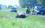 Tragiczny wypadek w Wierzbicy: kobieta i mężczyzna nie żyją, trzy osoby ranne, droga jest zablokowana