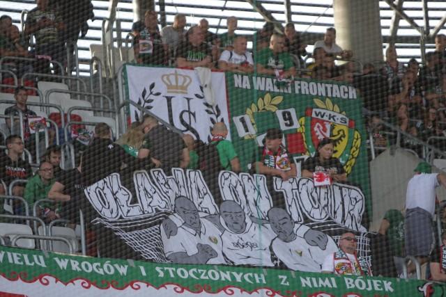 Górnik Zabrze - Śląsk Wrocław 0:0 (KIBICE ŚLĄSKA WROCŁAW - Zabrze, 15.09.2019). Ok. 700 kibiców wspierało Śląsk Wrocław na meczu w Zabrzu. Wrocławscy fani na Górny Śląsk udali się specjalnym pociągiem. Chociaż drużyna Lavicki nie wygrała, to ci, którzy pojechali na mecz, nie mogą narzekać. BYŁEŚ W ZABRZU? ZNAJDŹ SIĘ NA ZDJĘCIACH!WAŻNE - DO KOLEJNYCH ZDJĘĆ MOŻNA PRZEJŚĆ ZA POMOCĄ GESTÓW LUB STRZAŁEK