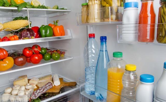 Nie każde warzywo, czy owoc powinny być przechowywane w lodówce. Zimno lodówki źle wpływa na przykład na ogórki i pomidory. Pierwsze z nich robią się gąbczaste, a drugie tracą smak i zawarte w nich witaminy.