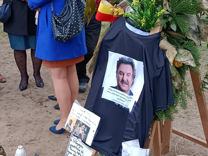 Jak wygląda grób Krzysztofa Krawczyka w Grotnikach? Tłumy fanów odwiedzają grób Krzysztofa Krawczyka! ZOBACZ ZDJĘCIA 30.07.2021