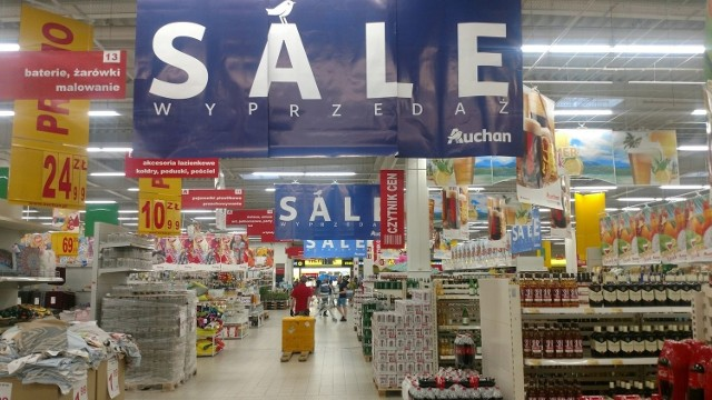 W sklepie Auchan przy ul. Katowickiej w Dąbrowie Górniczej trwa wyprzedaż towaru Zobacz kolejne zdjęcia/plansze. Przesuwaj zdjęcia w prawo - naciśnij strzałkę lub przycisk NASTĘPNE