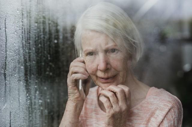 Seniorzy, przede wszystkim ci, którzy mają ukończone 70 lat mogą zadzwonić pod nr specjalnej infolinii