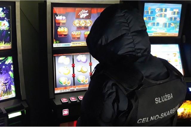 Funkcjonariusz KAS przy automatach do gier hazardowych