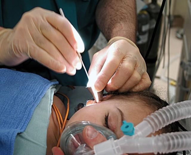 Grypa  AH1N1 może grozić zapaleniem oskrzeli, zapaleniem płuc czy ucha środkowego