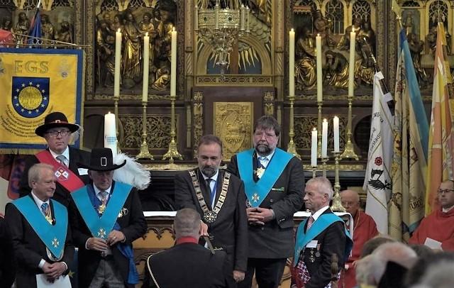 Inwestytura rycerzy zakonu św. Sebastiana, która odbyła się w Leudal - w roku 2018 - podczas zawodów o tytuł europejskiego króla kurkowego. Karol Habsburg widoczny jest w centralnym fragmencie fotografii.