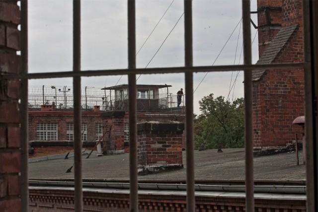 Osadzony brzeszczotem przepiłował zabezpieczenia w drzwiach i wydostał się z celi na na podwórze zakładu karnego.