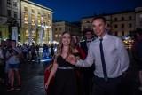 Krakowianie wspólnie zatańczyli poloneza na Rynku Głównym. Trwa Festiwal Tańców Dworskich