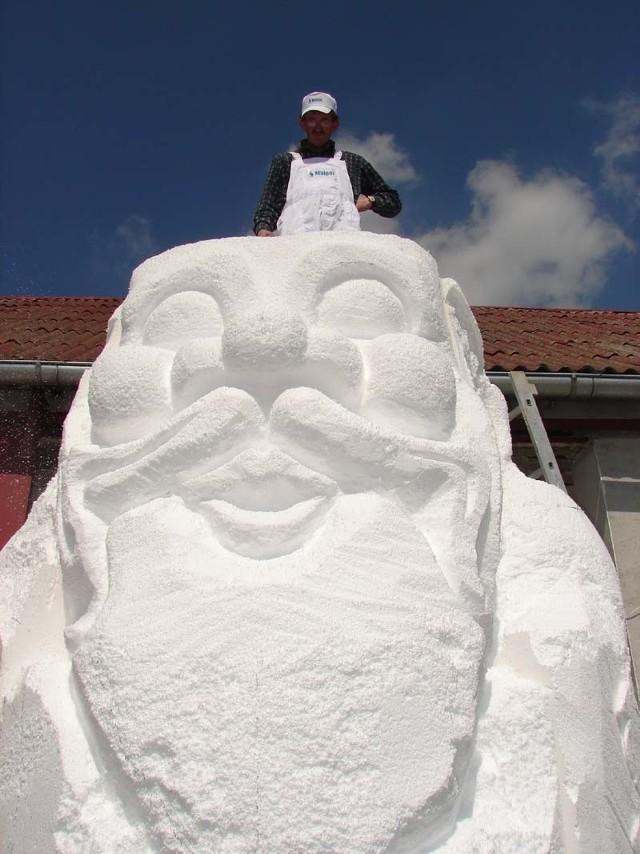 Styropianowa twarz skrzata-giganta jest już prawie gotowa. Na zdjęciu: Stanisław Łomnicki na głowie krasnala.