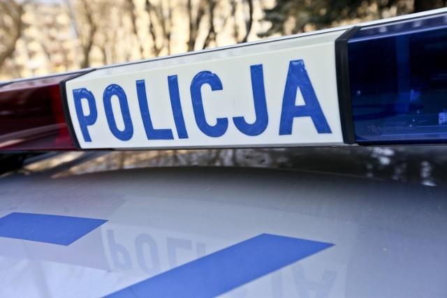W Karlinie wandale zniszczyli policyjny samochód