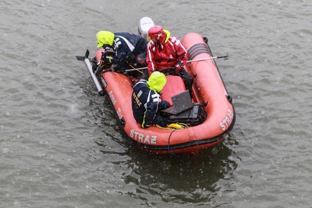 To już kolejny dzień poszukiwań czwórki zaginionych. Rzeszowskim policjantom pomagają strażacy z łódkami i sonarami. Sprawdzają Wisłok na odcinku między zaporą i bulwarami.