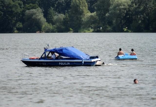 Zgodnie z przepisami policjanci muszą uniemożliwić dalsze pływanie pijanym osobom na łódkach, rowerach wodnych czy kajakach. Taką osobę traktuje się tak samo jak pijanego kierowcę