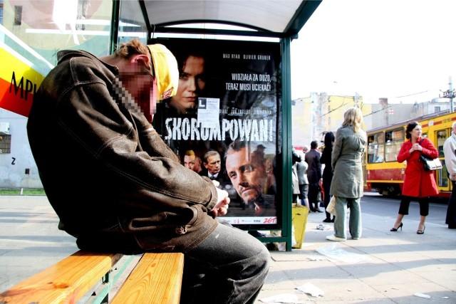 Bezdomny na przystanku - zdjęcie ilustracyjne