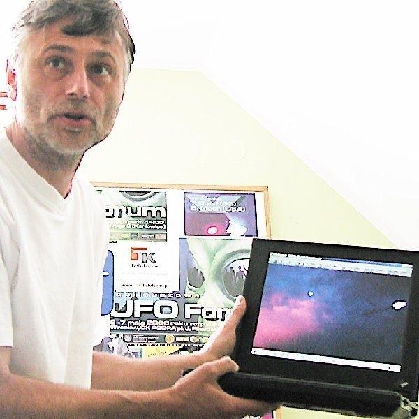Na zdjęciu Janusz Zagórski - szef ufologów,  którzy co roku obserwują niebo nad Wylatowem.  Jemu udało się dziwne światła zarejestrować  przy pomocy aparatu cyfrowego.