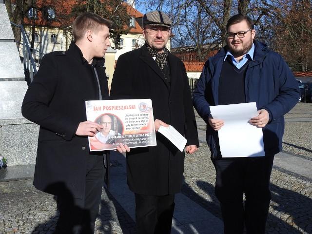 Patrząc od lewej: Michał Mikucki (prezes białostockiej Młodzieży Wszechpolskiej), Dariusz Wasilewski (z fundacji Obowiązek Polski) oraz Tomasz Filipowicz (ze stowarzyszenia Civitas Christiana) zapraszali na ogłoszenie wyników konkursu.