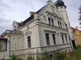 Pałac i dworek w Lubinicku ponownie na sprzedaż. Tam można żyć jak... księżniczka i książę!