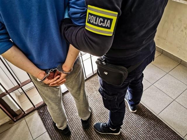 We wtorek 26-latek podejrzany o kradzież telefonu 15-latki usłyszał zarzut kradzieży szczególnie zuchwałej. Noc spędził w policyjnym areszcie.