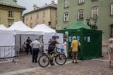 Kraków. Wakacyjna akcja szczepień przeciw covid-19 na Małym Rynku i przy ul. Kolnej [ZDJĘCIA]