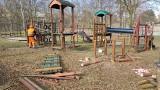 Czeladź. Rozpoczęła się rozbiórka starego placu zabaw w Parku Grabek. Zastąpią go wielkie owady, tyrolka i inne atrakcje
