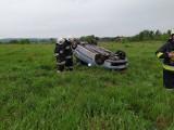Złotoria Cegielnia. Wypadek na drodze serwisowej. Dachowanie seata (zdjęcia)