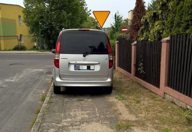 Autodrań zaparkował na chodniku przy ul. Dantyszka w Zielonej Górze.