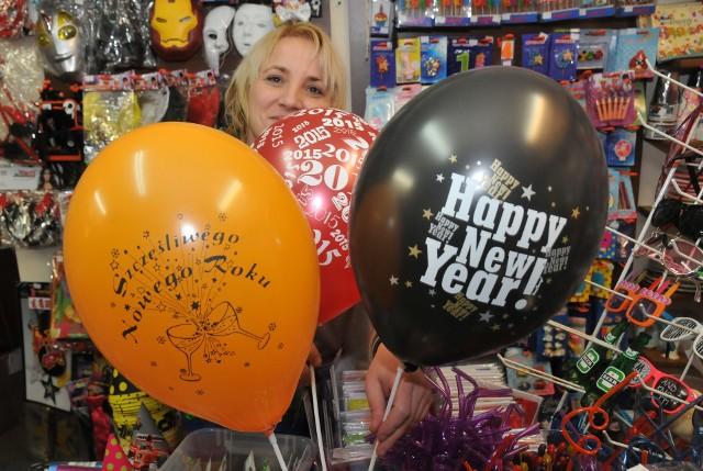 """Dekoracje sylwestrowe- Balony z napisem """"Szczęśliwego Nowego Roku"""" albo """"Happy New Year"""" to ozdoby, które przydadzą się na sylwestrowej zabawie - mówi Marta Kuźba."""