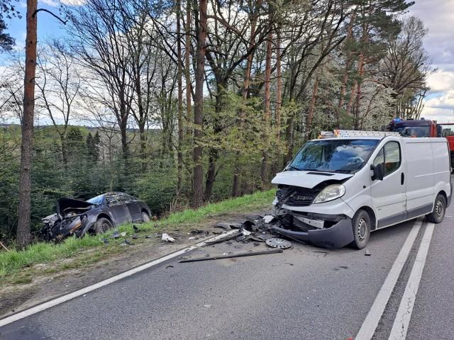Na DW 977 zderzyły sie czołowo opel vivaro i volkswagen passat. Oba pojazdy są poważnie uszkodzone