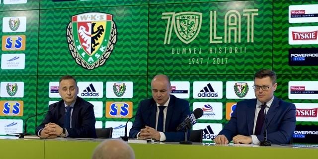 Od lewej siedzą: wiceprezes Kolei Dolnośląskich Cezary Pacamaj, prezes Śląska Wrocław Michał Bobowiec, wicemarszałek Województwa Dolnośląskiego Jerzy Michalak.