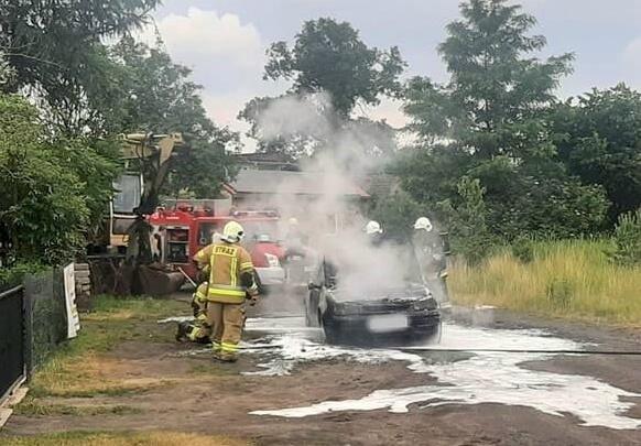 Strażakom pozostało tylko dogaszanie auta.