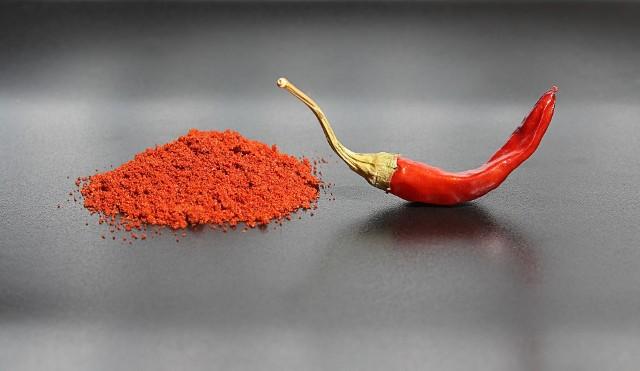 Za ostry, piekący smak papryki chili odpowiada zawarty w niej związek chemiczny o nazwie kapsaicyna.