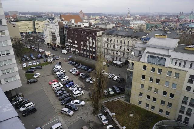 Parking przy ul. Piekary w Poznaniu to jedno z najbardziej obleganych miejsc przez kierowców. Od kilku dni trwa walka o to, kto ma prawo zarabiać na nim pieniądze.