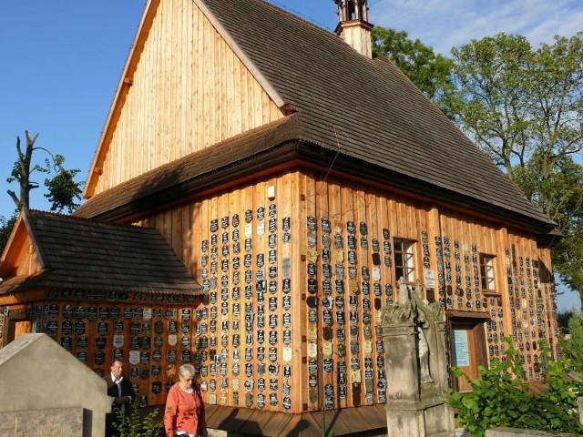 Osobliwością Zaklikowa i świadkiem jego wielowieko-wej historii jest szesnastowieczny modrzewiowy kościółek św. Anny.