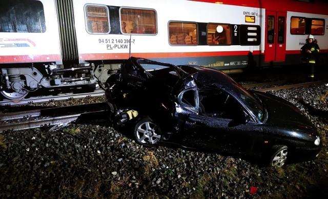 W niedzielę rano na przejeździe kolejowym w Wojnowicach koło Opalenicy samochód marki Hyundai wjechał pod nadjeżdżający pociąg. Zobacz więcej zdjęć ---->