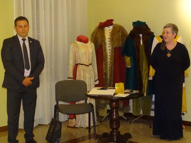 Wiceburmistrz Grzegorz Molendowski przywitał przybyłych na wernisaż gości zaś Katarzyna Madejska, dyrektor muzeum, opowiedziała o wystawie i autorze.