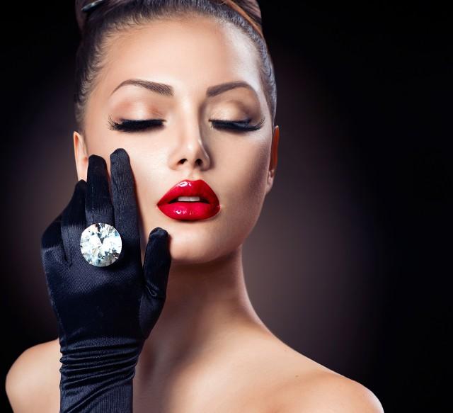 Czerwona szminka na ustach. Symbol seksu czy feminizmu?