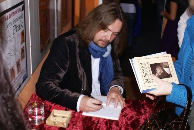 Po wieczorze poetyckim goście mieli wyjątkową okazję porozmawiać z artystą i  otrzymać autograf.