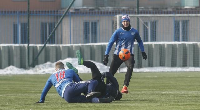 Wisłok Wiśniowa (niebiesko-białe stroje) zremisował z Piastem Tuczempy w meczu sparingowym