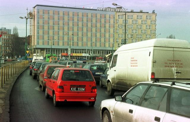 """Oto Poznań 2001 roku. Miasto bardzo się zmieniło od tego czasu? Zobaczcie zdjęcia z archiwum """"Głosu Wielkopolskiego"""" i... oceńcie sami! Kolejne zdjęcie ---->Zobacz też: Poznań kiedyś i dziś. Zobacz, jak zmieniło się miasto i porównaj zdjęcia z 2001 i 2020 roku"""