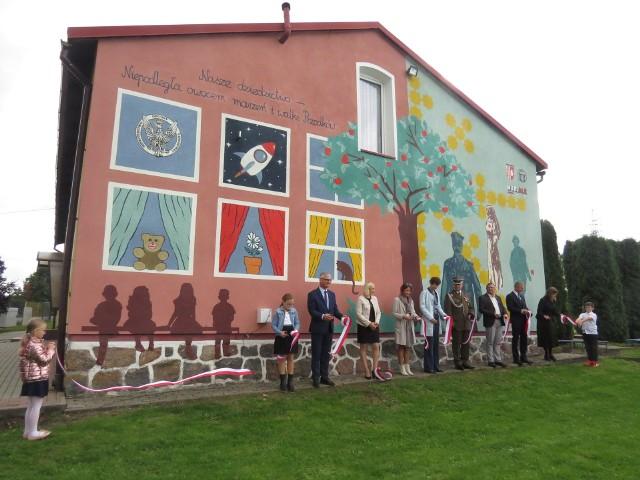 W piątek, 17 września odsłonięto mural namalowany na budynku Szkoły Filialnej w Cielętach